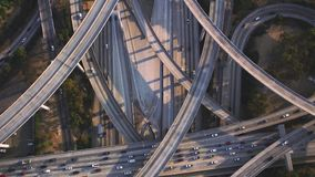 Ruchliwie autostrady pojazdu wieloskładnikowa droga z ruchu drogowego cementu złącza mostami w nieprawdopodobnym odgórnym powietr zbiory