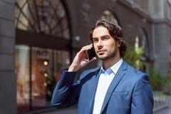 Ruchliwie biznesmen opowiada na telefonie Zdjęcie Stock