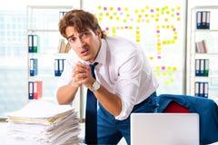 Ruchliwie biznesmen pracuje w biurze obraz royalty free