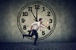 Ruchliwie biznesowy mężczyzna biega na czas obrazy stock