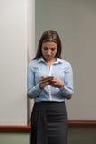 Ruchliwie bizneswoman Texting Na Jej telefonie komórkowym zdjęcie royalty free