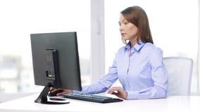 Ruchliwie bizneswoman z komputerem w biurze zbiory