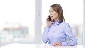 Ruchliwie bizneswoman z smartphone w biurze zdjęcie wideo