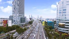 Ruchliwie budynki biurowi przy Dżakarta Środkową dzielnicą biznesu blisko Gatot Subroto drogi i ruch drogowy zdjęcie stock