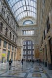 Ruchliwie centrum handlowego Galleria Umberto Ja, Naples, Itali obraz stock