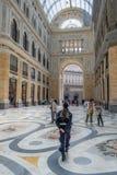 Ruchliwie centrum handlowego Galleria Umberto Ja, Naples, Itali fotografia royalty free