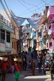 Ruchliwie dzień w Almora Bazar sklepach zdjęcia royalty free