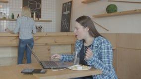Ruchliwie kobieta ja programista pracuje na laptopie w kawiarni zbiory wideo
