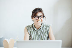 Ruchliwie kobieta projektant ma lunch w biurze Obraz Stock