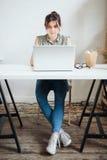 Ruchliwie kobieta projektant ma lunch w biurze Obraz Royalty Free