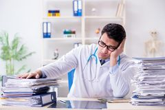 Ruchliwie lekarka z zbyt dużo pracy w szpitalu obraz royalty free