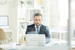 Ruchliwie mężczyzna pracuje z laptopem zdjęcie royalty free