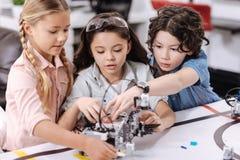 Ruchliwie młodzi naukowowie dyskutuje projekt przy szkołą Zdjęcie Stock