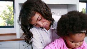 Ruchliwie macierzysty wielo- dawać zadanie z dzieckiem zbiory wideo