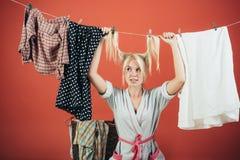 ruchliwie matka Multitasking mama Wykonywać Różnych gospodarstwo domowe obowiązki Rocznik gospodyni kobieta Gosposia lub gospodyn obrazy royalty free