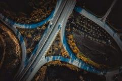 Ruchliwie miastowy drogowy złącze Zasi?rzutny widok fotografia stock