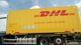 Ruchliwie Niemiecki autobahn z DHL ciężarówki jeżdżeniem zbiory