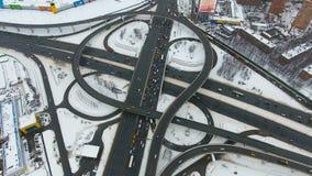 Ruchliwie obrzeży drogowy skrzyżowanie w wysokim widoku zbiory