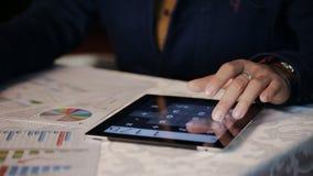 Ruchliwie pieniężnego doradcy whis pracujące grafika i mapy w sklep z kawą zbiory wideo