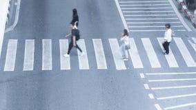 Ruchliwie plam ludzie chodzą szybko przez znaka rozdroże w c obraz stock