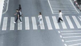 Ruchliwie plam ludzie chodzą szybko przez znaka rozdroże w c fotografia royalty free