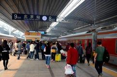 Ruchliwie platforma z pasażerami wychodzi pociągi i powitanie przy Pekin stacją kolejową Chiny Obrazy Stock