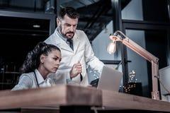 Ruchliwie poważni studenci medycyny myśleć i pracuje z laptopem zdjęcia royalty free