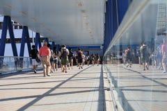 Ruchliwie pracownicy chodzi w footbridge w Hong Kong Azja Obraz Royalty Free