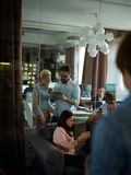 Ruchliwie Pracujący dzień w Współczesnym biurze obrazy royalty free
