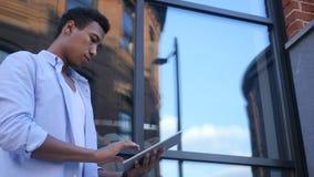 Ruchliwie Pracujący na pastylce Online, Trwanie Młody Czarny Męski projektant Obrazy Royalty Free
