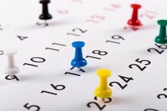 Ruchliwie rozkład - kolorowe szpilki na kalendarzu obrazy royalty free