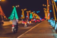 Ruchliwie ruch drogowy na moscie przy nocą Rozjarzeni mostów poparcia plama Zdjęcie Royalty Free