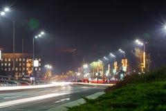 Ruchliwie ruch drogowy przy Belgrade ` s ulic NY dekoracjami zdjęcie stock