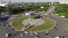 Ruchliwie ruch drogowy Przy rondem Przy godziną szczytu zbiory wideo