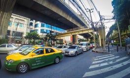 Ruchliwie ruch drogowy w Bangkok mieście Zdjęcia Royalty Free