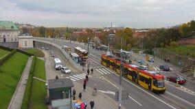 Ruchliwie ruch transport i mieszkanowie na głównej miasto ulicie na poniedziałek rano zbiory