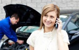 ruchliwie samochodowa męska mechanika naprawiania kobieta Obraz Stock