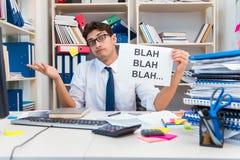 Ruchliwie sfrustowany biznesmen gniewny w biurze zdjęcia stock