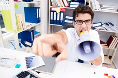 Ruchliwie sfrustowany biznesmen gniewny w biurze zdjęcie royalty free