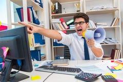 Ruchliwie sfrustowany biznesmen gniewny w biurze fotografia royalty free