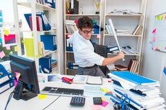 Ruchliwie sfrustowany biznesmen gniewny w biurze fotografia stock