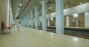 Ruchliwie stacja metru z ludźmi wsiada pociągi zbiory wideo