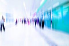 Ruchliwie tłum ludzie chodzi w staci metru, Zdjęcia Stock