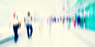 Ruchliwie tłum ludzie chodzi w staci metru, Zdjęcie Stock