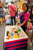 Ruchliwie targowa ulica w Bangkok, Tajlandia Zdjęcie Stock