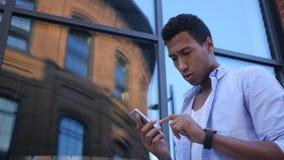 Ruchliwie Używa Smartphone, Trwanie Młody Czarny Męski projektant Zdjęcie Stock