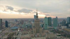 Ruchliwie Warszawski centrum miasta z pałac i innymi nowymi drapacz chmur w widoku kultura i nauka Jeden wysoki zbiory wideo