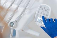 Ruchliwie wyszkolony dentysty utworzenie jej wyposażenie Obraz Royalty Free