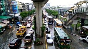 Ruchu drogowego dżem powodować od podeszczowego wylew zdjęcie wideo