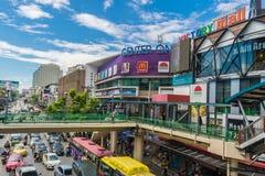 Ruchu drogowego dżem przy centrum jeden blisko zwycięstwo zabytku w centrum Bangkok, Tajlandia obraz royalty free